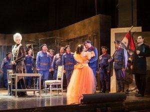 V liberecké inscenaci Donizettiho slavné komické opery Dcera pluku ožívá tradice československých legií ve Francii. Foto: Šaldovo divadlo